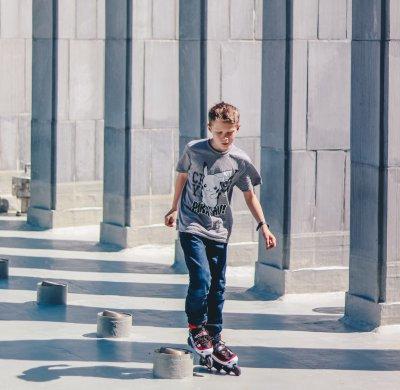 Kind op skates ethan hu mB728 VD1tc unsplash