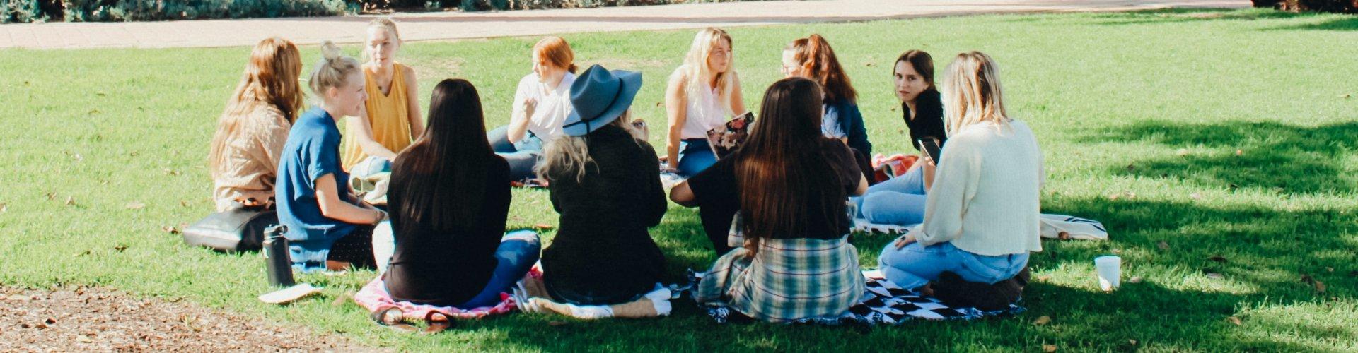 Leerlingen in een kring in het park